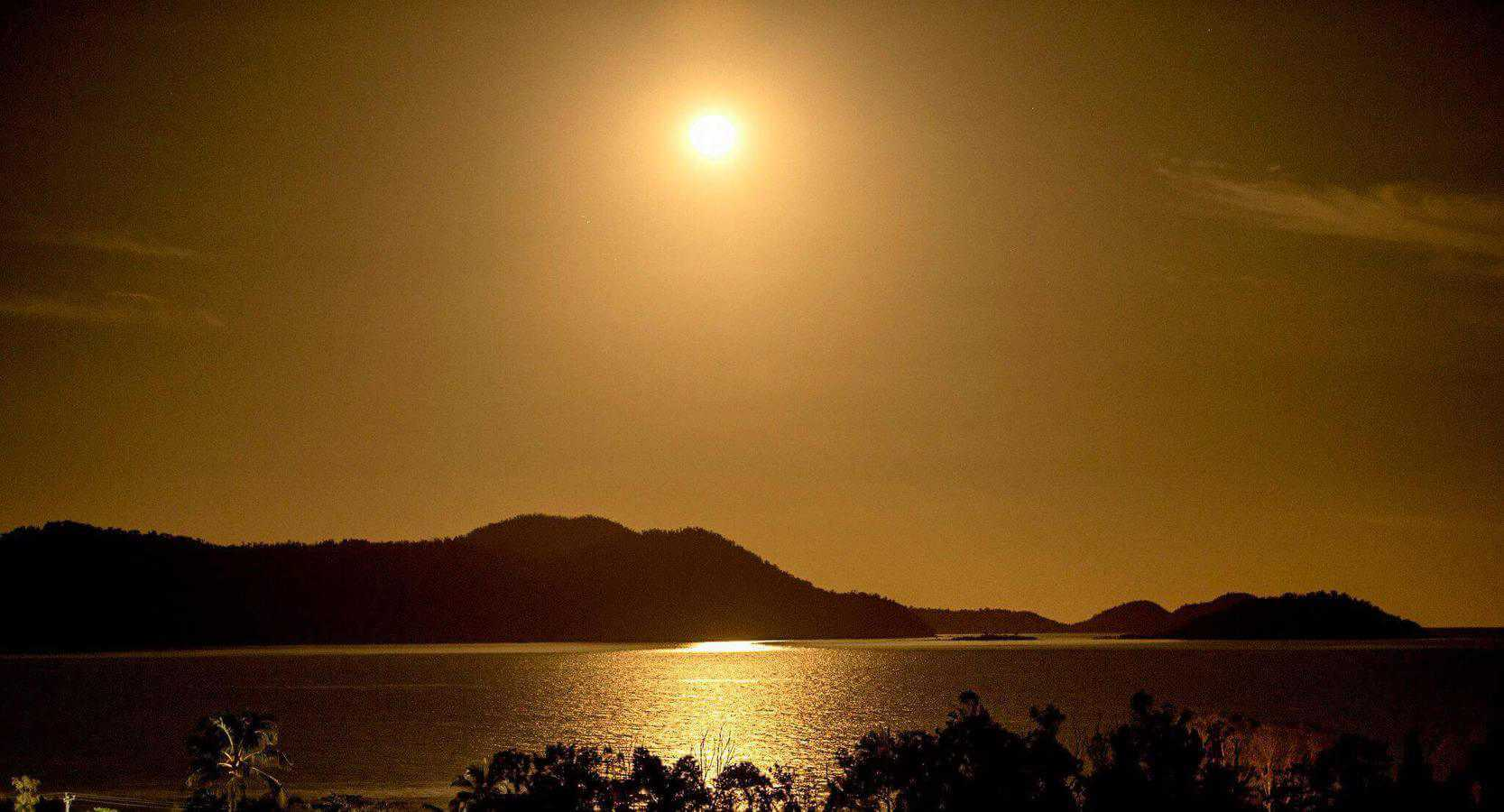 Full_moon_over_Dunk_Island_North_Queensland